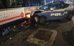 TENTA DI INVESTIRE UN POLIZIOTTO E PROVOCA SCHIANTO TRA AUTOBUS…